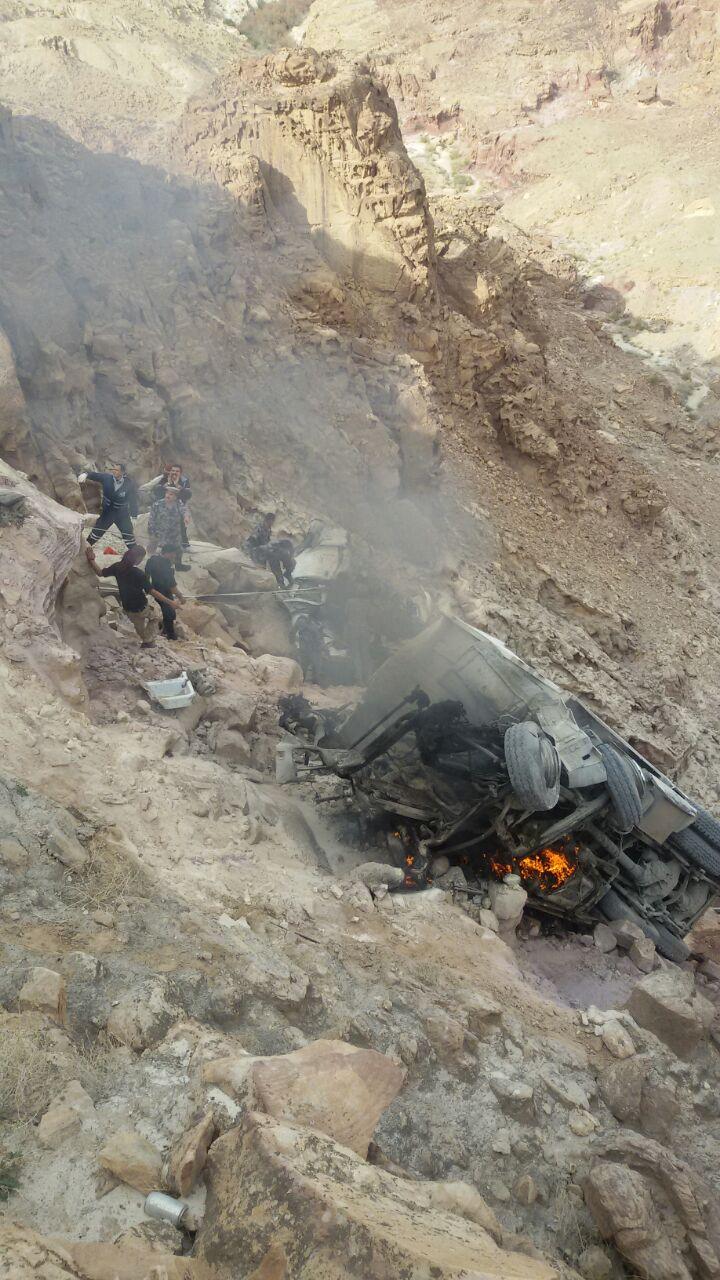 بالصور..الطفيلة: نجاة شخصين حاصرتهما النيران داخل قلاب سقط بواد سحيق