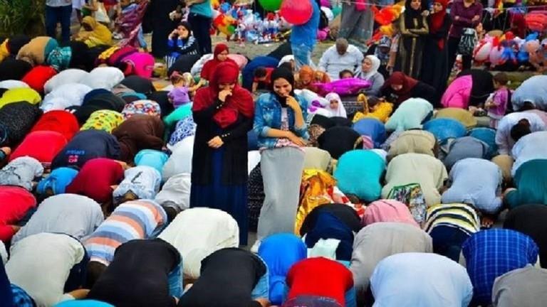تحرك عاجل في مصر بعد اختلاط الرجال بالنساء أثناء الصلاة