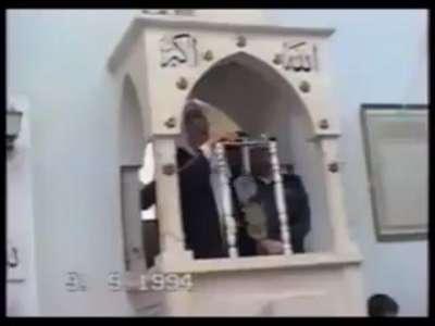"""فيديو نادر : """"ياسر عرفات"""" يلقي خطبة في مسجد بسوق الزاوية بغزة"""