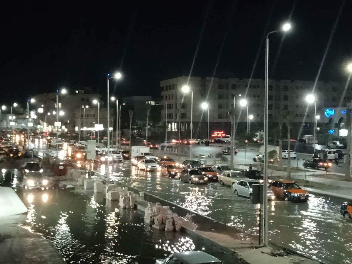 غرق أكبر شوارع الغردقة فى مياه الصرف الصحى بسبب كسر فى الخط الرئيسى
