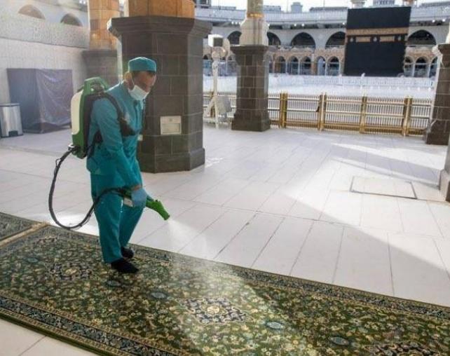 تعرفوا على كيفية غسل وتعقيم المسجد الحرام ..  30 ألف لتر من المعطرات
