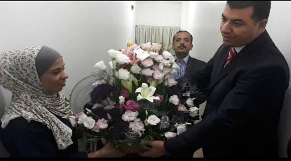 بالفيديو  ..  وزير الزراعة يعتذر لعاملة نظافة بعد ان طردتها موظفه من المصعد
