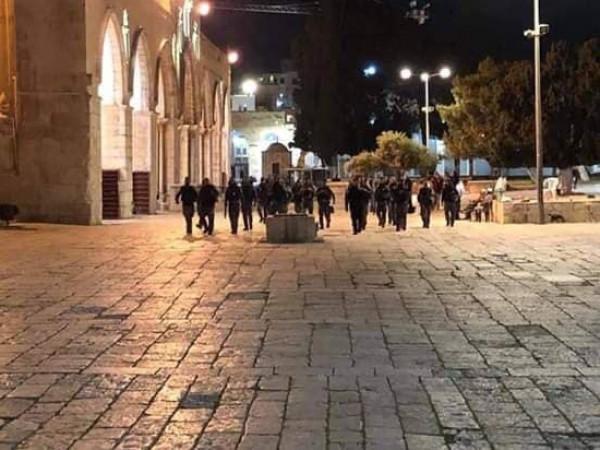 بالفيديو ..  والصور ..  قوات الاحتلال تقتحم المسجد الأقصى وتطرد المعتكفين فيه بالقوة