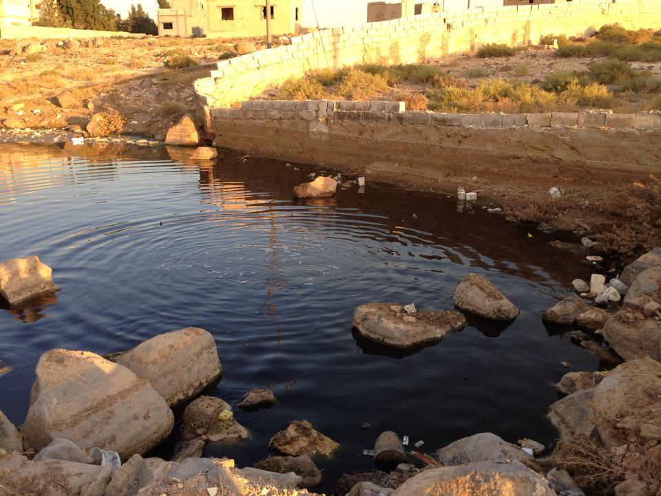 """بالصور ... مياه الصرف الصحي داخل مقبرة الحي الشرقي في """"هاشمية الزرقاء"""""""