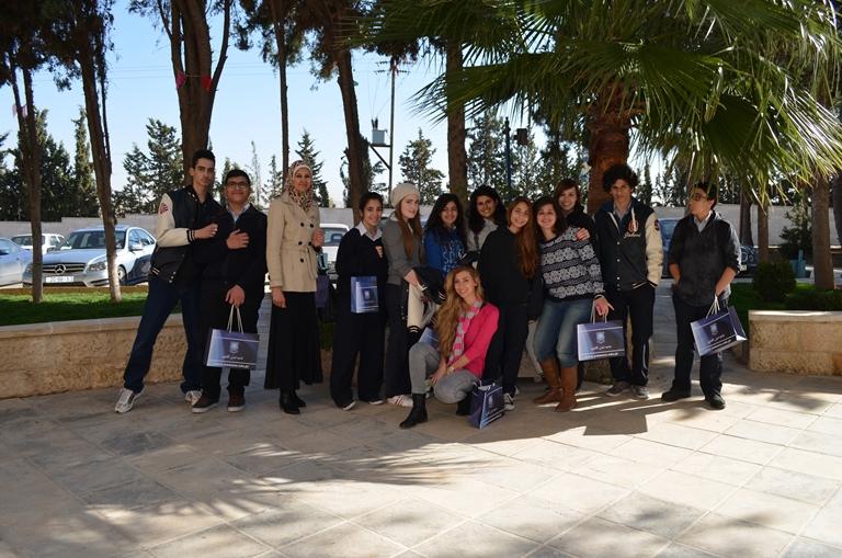 طلبة مدرسة المنهل الدولية يزورون جامعة عمان الأهلية