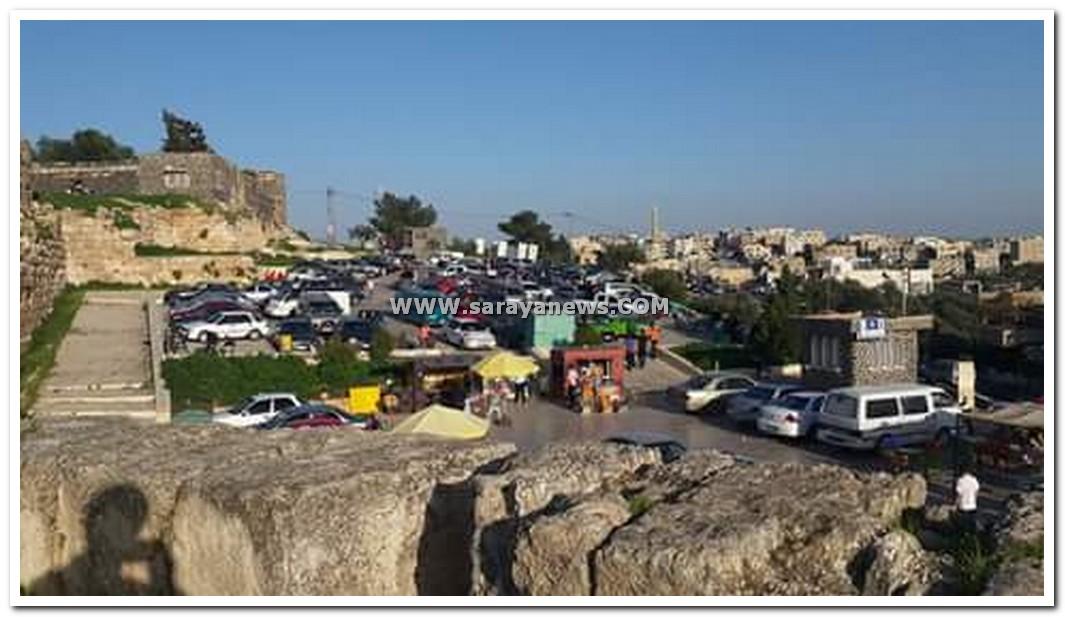 """امام وزير السياحة  ..  شكاوي من عدم توفر مواقف سيارات لزائري """"ام قيس""""  ..  صور"""