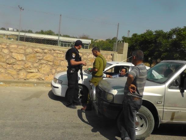 ضابط يصيب فتى بالرصاص ببيت أمر من مسافة الصفر