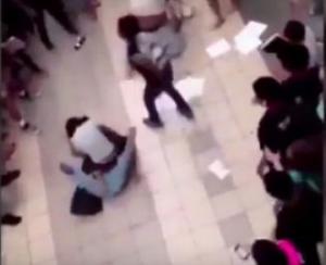 فيديو: طالب يرقص وسط عراك عنيف بين فتيات مدرسة أمريكية