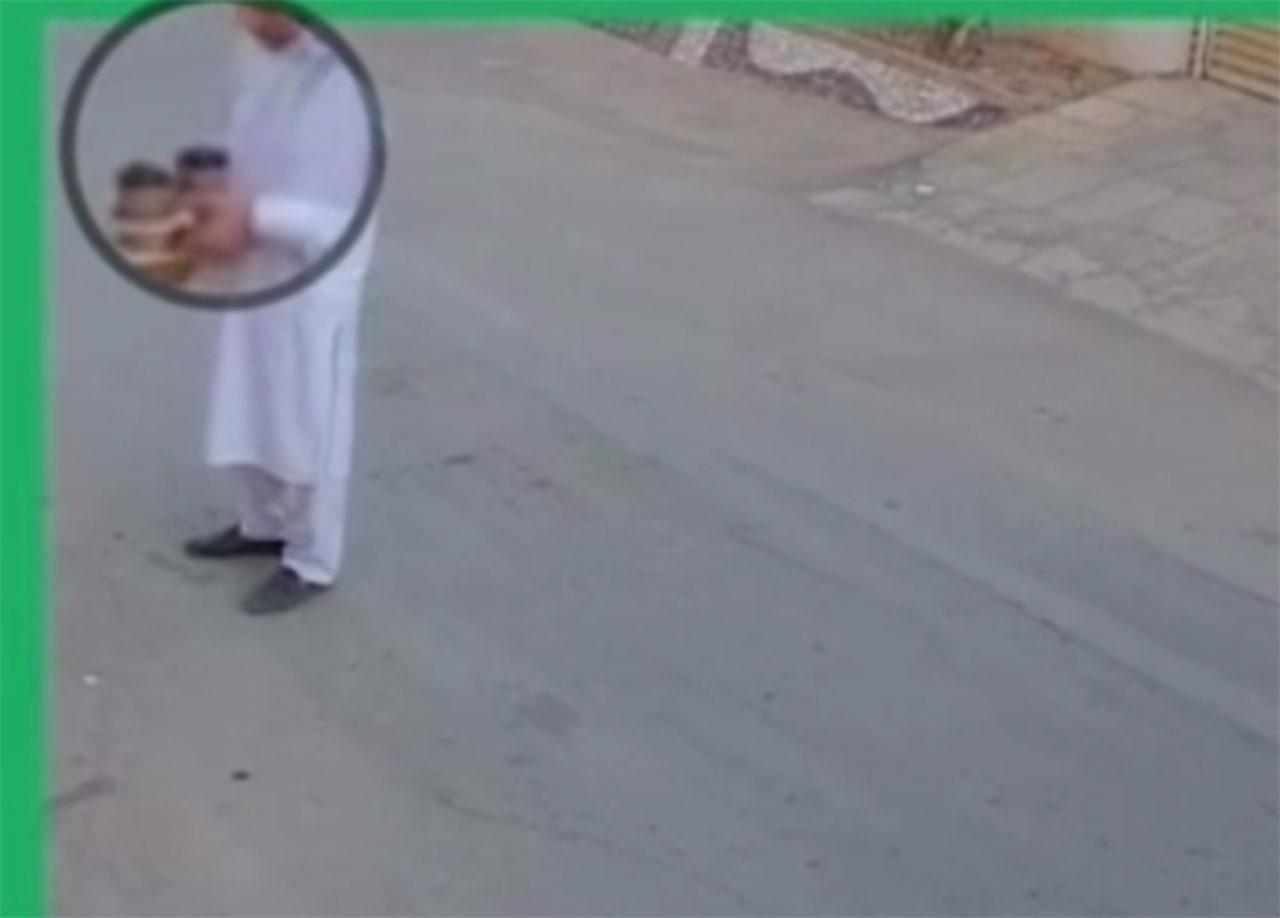 بالفيديو ..  مندوب توصيل يبصق في أكواب القهوة قبل تسليمها في السعودية