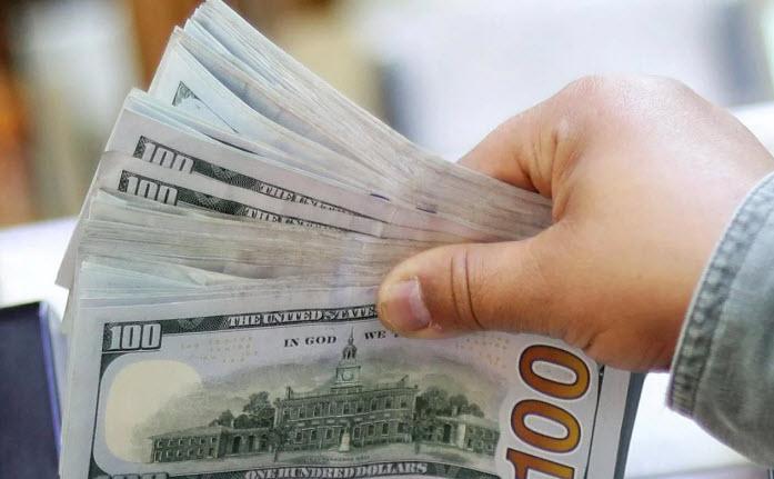 الدولار يواصل انخفاضه ويتجه لأكبر تراجع شهري في 10 سنوات