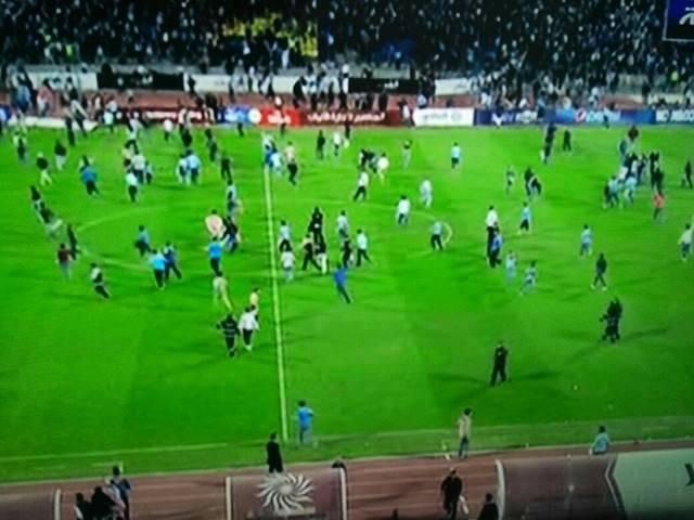بالصور ..  فوضى في ستاد عمان اثر اقتحام عشرات المشجعين ارضية الملعب