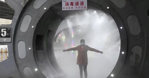 """بالصور و الفيديو  ..  خوفاً من """"كورونا""""  ..  شركة صينية تبني نفقاً لتعقيم موظفيها"""