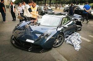 سعودي يُحطِّم سيارته.. هي النسخة الوحيدة في العالم والسبب..!!