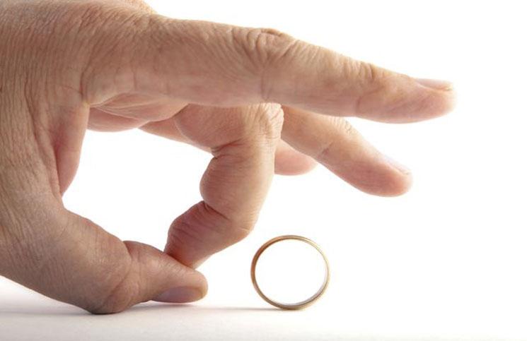 بعد 20 سنة زواج  ..  رجل يطلق زوجته بسبب خطيبها السابق