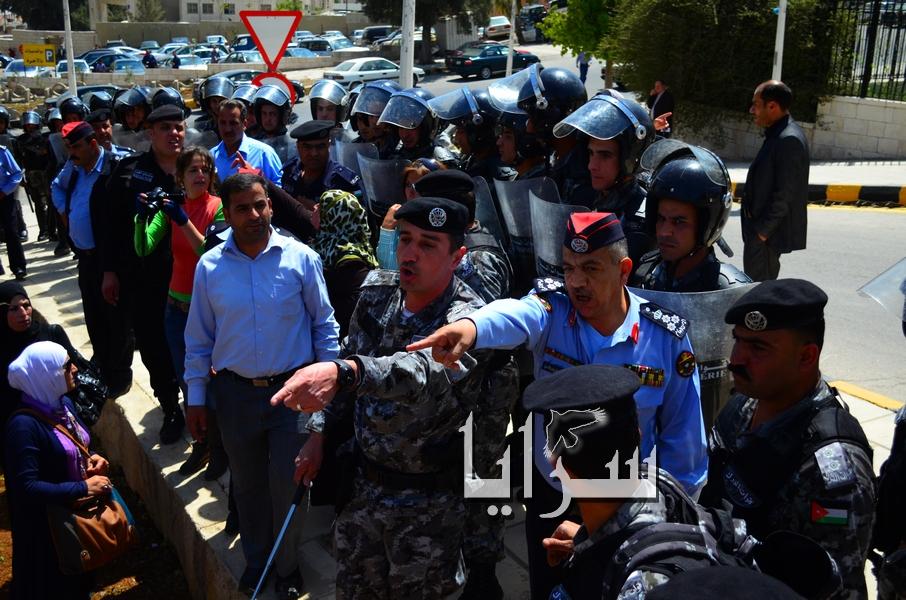 سيارات الاسعاف تنقل مصابين من سائقين عمان السعودية ورجال الامن العام