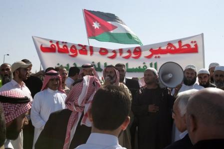الأئمة والعاملون في المساجد  يطالبون الحكومة علاوة بقيمة ١٠٠%
