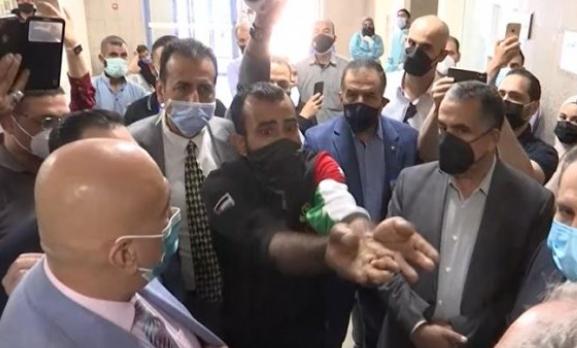 """بالدموع  ..  مواطن يعترض جولة وزير الصحة داخل """"مستشفى حمزة"""" ويؤكد: """"إهمال 100% و أبوي بموت""""  ..  فيديو"""