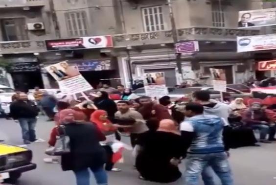 """فيديو صاعق  .. وفاة سيدة أثناء """"رقصها""""  أمام إحدى لجان انتخابات الرئاسة المصرية في الاسكندرية"""