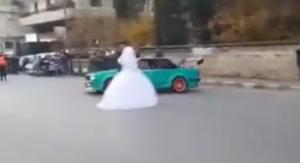 بالفيديو ..عروسان يغامران بحياتهما بحركة خطيرة!