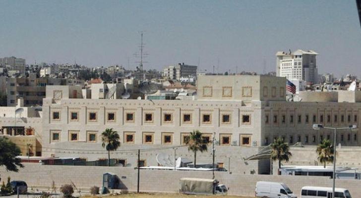 السفارة الأميركية توقف الخدمات الروتينية لمواطنيها وتمنع موظفيها من التسوق بالأردن
