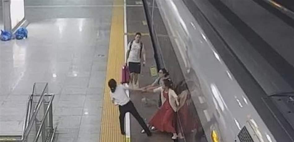 بالفيديو  ..  مشهد صادم لإمرأة حاولت إيقاف القطار بقدميها