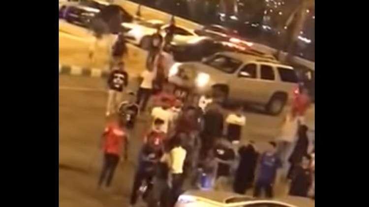 بالفيديو ..  عراك بالأيدي بين فتيات وشبان سعوديين