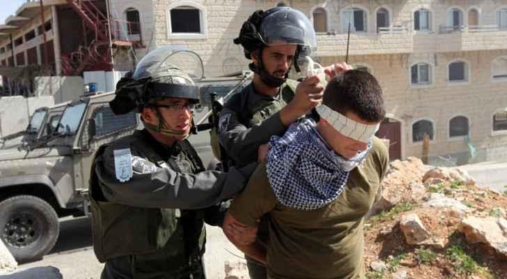 الاحتلال يعتقل 4 فلسطينيين بينهم زوجة أسير