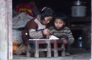 بالفيديو .. طفلة تحمل شقيقها المعاق يومياً إلى المدرسة