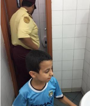 احتجاز طفل بدورة مياه مطعم وجبات سريعة في مكة (صورة)