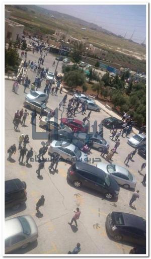 """بالصور .. مشاجرة """" عشائرية """" بالزيتونة ... و تعليق للدوام و تكسير لسيارات الطلبة"""