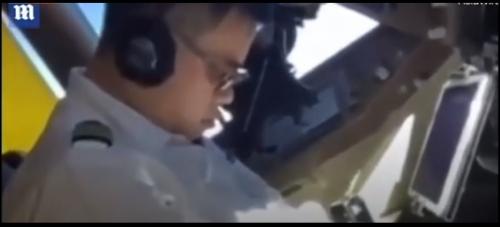 بالفيديو ..  طيار يغط في نوم عميق وكاد أن يتسبب في كارثة