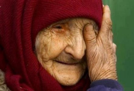 عجوز ستينية أردنية  تناشد أهل الخير لشراء علاج لها .. وتتمنى أن تجد الطعام في منزلها