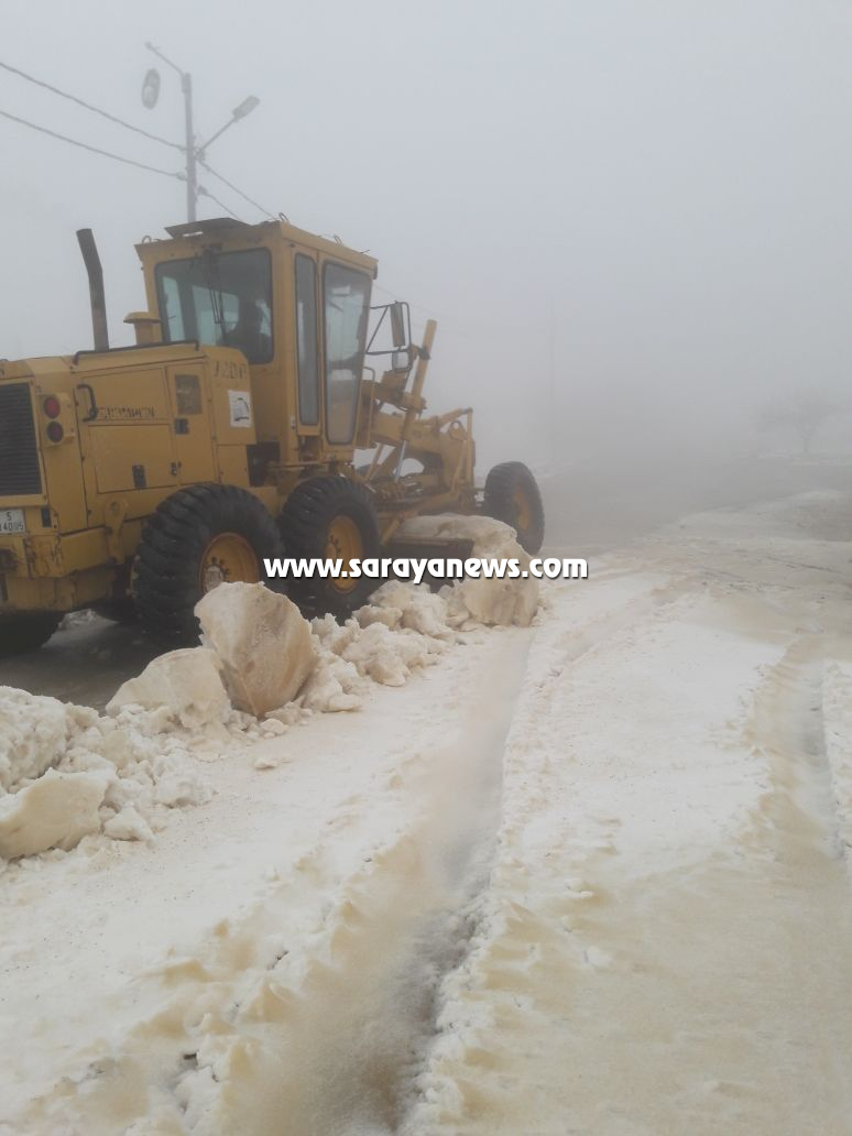 بالصور  ..  الشوبك : إعادة فتح طرق تراكمت فيها الثلوج بمنطقة بئر خداد