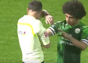 بالفيديو .. اللاعب حسين السيد يضرب الحكم عن طريق الخطأ ..  شاهد ردة فعل الحكم