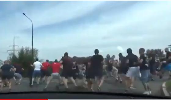 بالفيديو  ..  معركة طاحنة في الشارع بين مجموعة من الشبان في بولندا