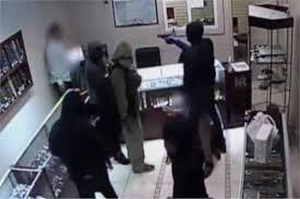 بالفيديو  ..  لحظة تنفيذ سطو مسلح على بنك في تونس