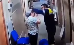 بالفيديو .. مُسعف في مستشفى يضرب بعنفٍ امرأةً حاملاً  على بطنها