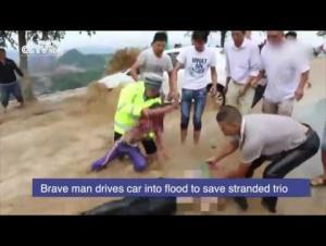 بالفيديو.. سائق شجاع يخاطر بحياته لإنقاذ أشخاص احتجزتهم الفيضانات