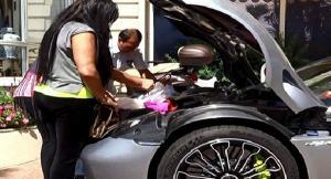 فيديو: فتاة خليجية تتعرض لموقف محرج أمام سيارتها البورش أثناء مغادرة أحد الفنادق الأوروبية