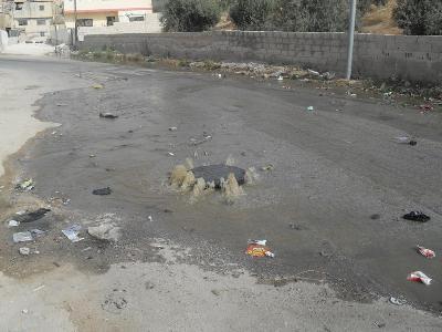 مياه الصرف الصحي تغمر مدخل مدينة الكرك