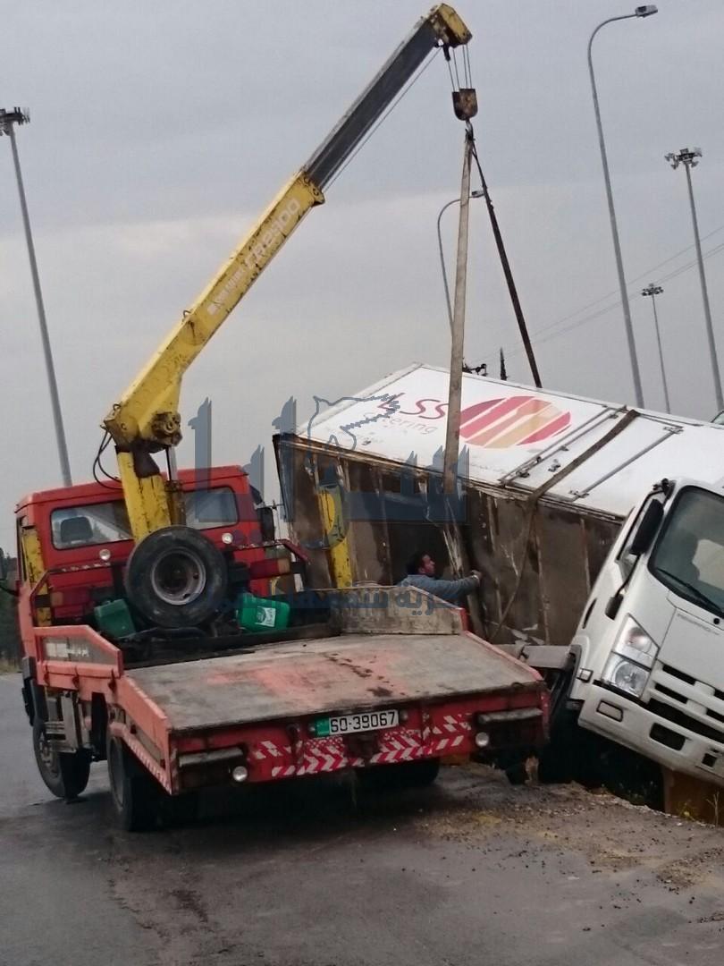 بالصور ... تدهور  مركبة على طريق المطار يؤدي لأزمة سير خانقة