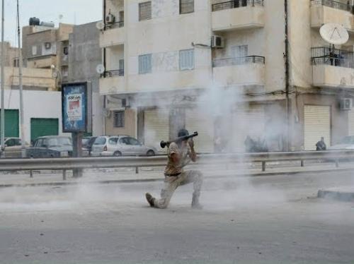 بالفيديو.. هجوم صاروخي يستهدف القاعدة الجوية في بنغازي