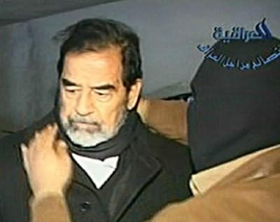 المشرف على إعدام صدام : ذُهلت من شجاعته وهو يواجه الموت والجلاد  .. شاهد فيديو الاعدام