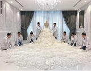 """بالفيديو ..  فستان زفاف يحتاج إلى """"قرية"""" لنقله من مكان إلى آخر"""