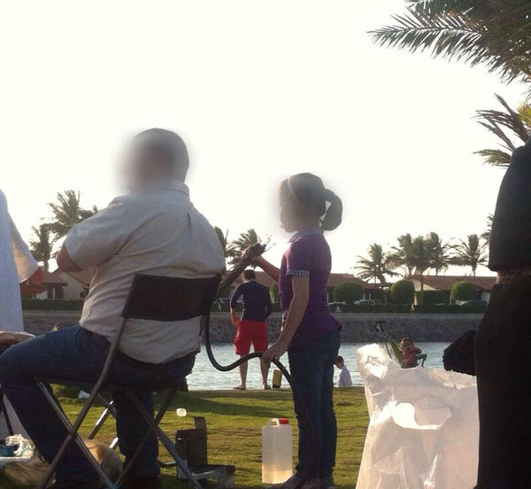 بالصور ..  أطفال يدخنون الشيشة بتشجيع آبائهم على كورنيش جدة!