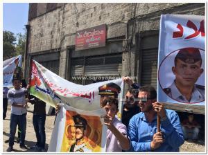بالصور .. ذوي ضابط و عريف بالأمن العام يعتصمون امام الديوان الملكي للمطالبة بالإفراج عن ابنائهم