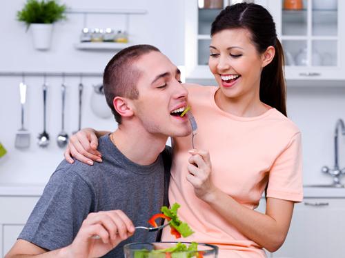 هل يفضل الزوج طعام زوجته أم أمه ؟