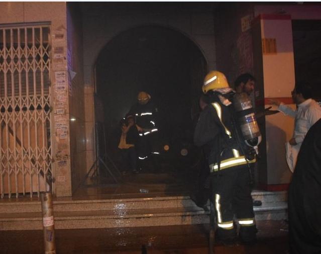 السعودية: مدني الرياض يجلي أُسرًا اندلعت النيران في عمارتها السكنية بالروابي ..  صور