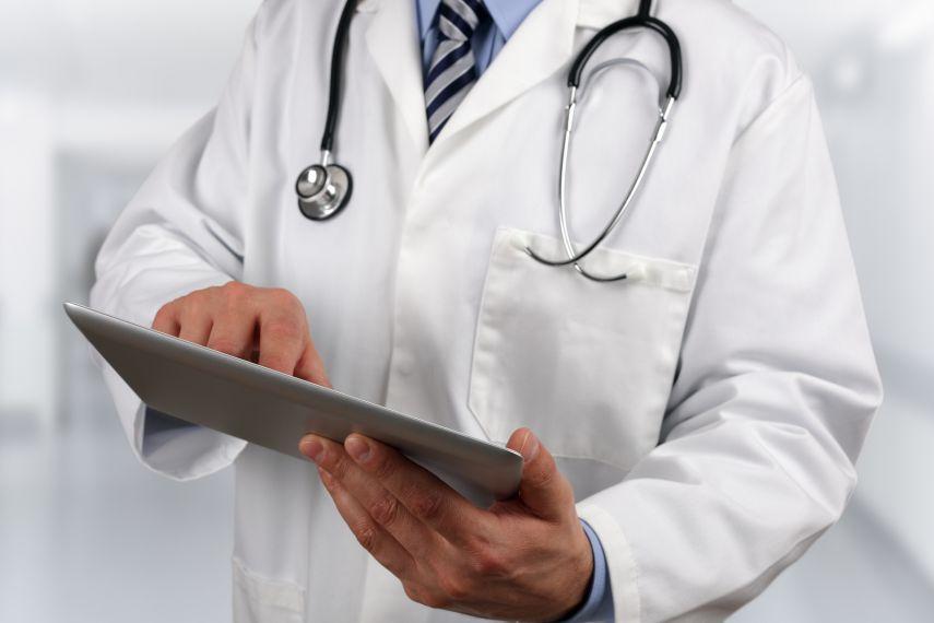 الإمارات تمنح الإقامة الذهبية للأطباء المقيمين بالدولة
