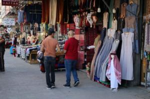 في ظل قيود الحظر ..  حركة شرائية خجولة في الأسواق